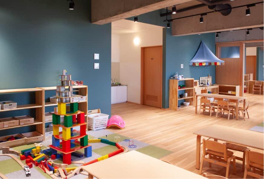 大きな積み木やおもちゃ、机や椅子がある部屋