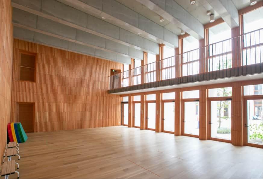 吹き抜けになっており、大きな窓から日光が射し込む広い部屋