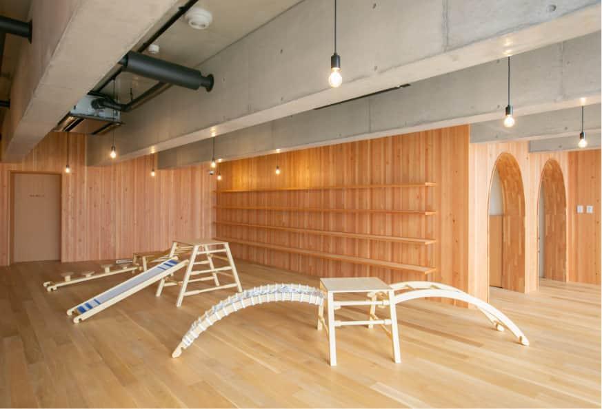 遊具があり、壁に書棚がある部屋