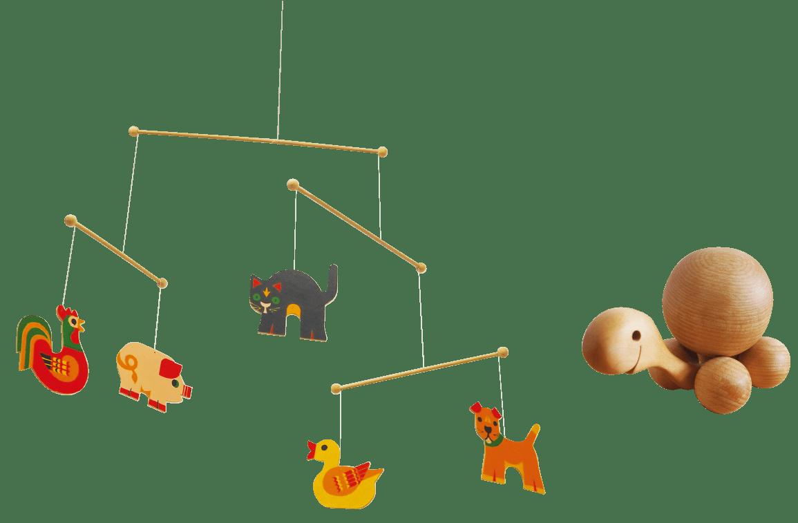 動物の絵が吊るされているおもちゃと、木製の亀のおもちゃ